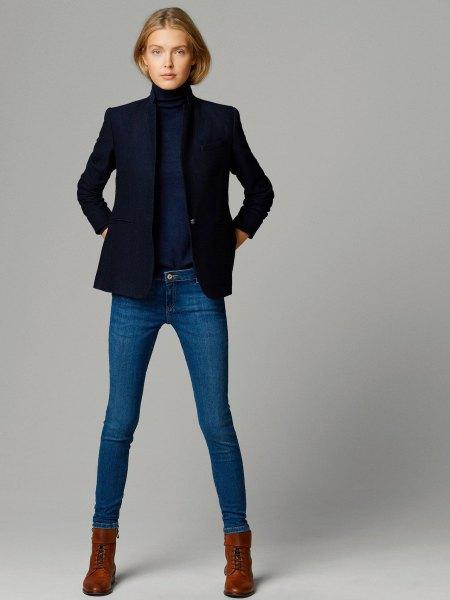 Mörkblå tröja med stand-up krage och matchande jacka och smala jeans