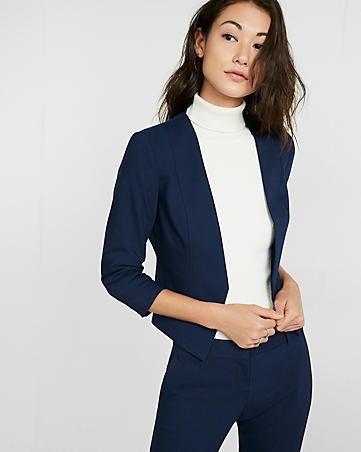 djupblå kavaj med matchande chinos och vit tröja med stand-up krage