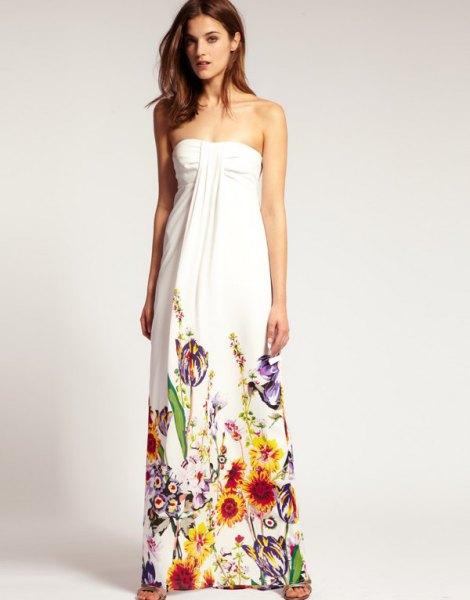 vit axelbandslös maxiklänning med färgglada detaljer med blommönster