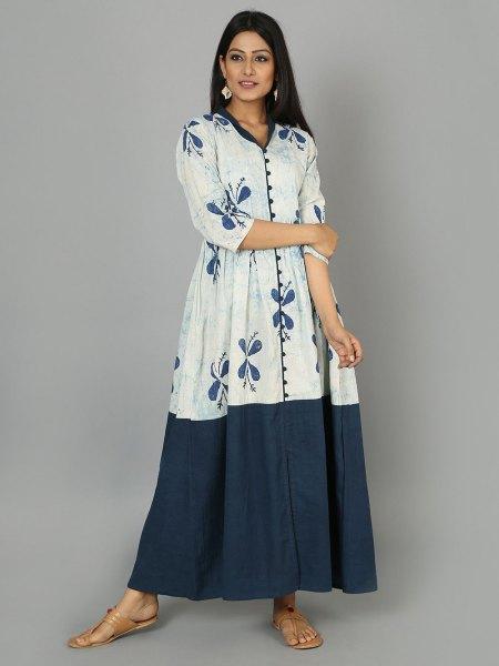 vit och blå fläckad maxiklänning med trekvartärmar
