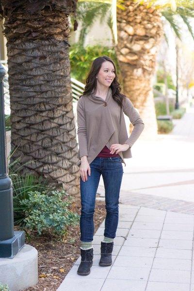 grå wrap-around hoodie med mörkblå skinny jeans med fleecefoder