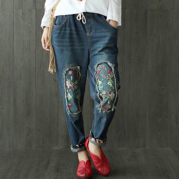 vit blus med mörkblå broderad, fleecefodrad jeans