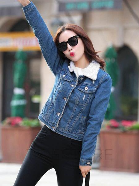 blå jeansjacka med fleeced linje och mörka skinny jeans