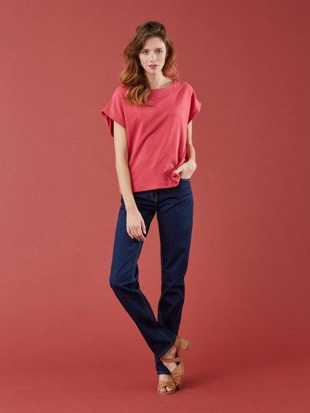 grön t-shirt med mörkblå skinny jeans och bruna klackar med öppen tå