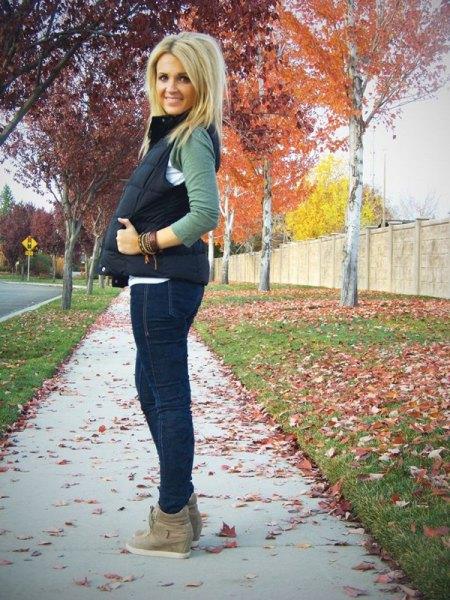 svart quiltad väst med mörkblå skinny jeans och mockaskor