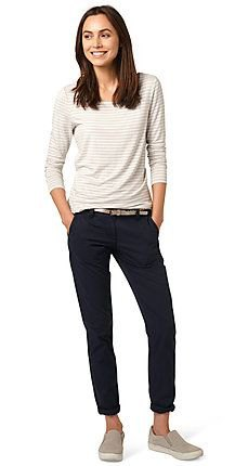 vit och ljusgrå randig långärmad topp med smala jeans med svarta manschetter