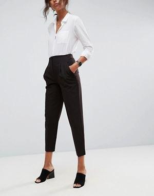vit skjorta med knappar och svarta, korta chinos