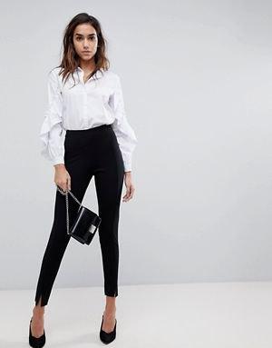 vit skjorta med puffärmar och knappar med svarta chinos