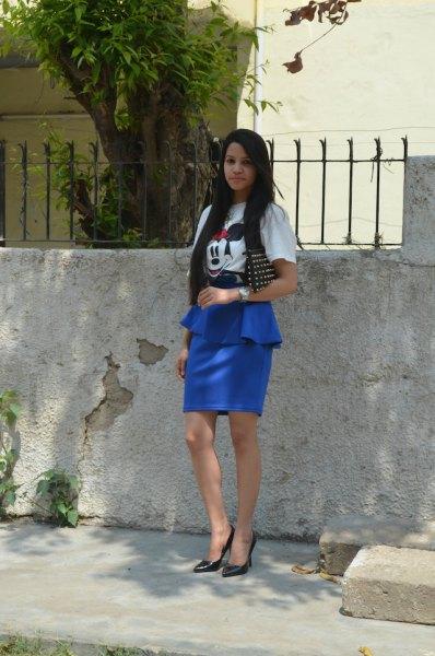 vit tryckt t-shirt med kungsblå peplum kjol