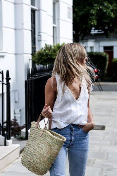 vit linne med V-ringning, jeans och halmsäck