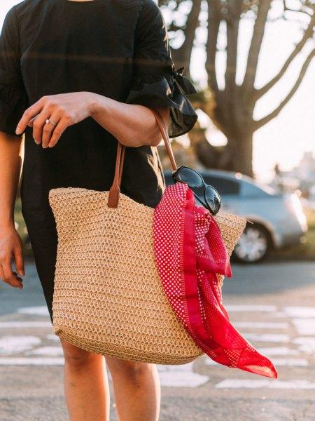 svart kortärmad miniklänning med shoppingväska