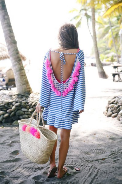 blå och vit miniklänning med låg rygg och halmsäck