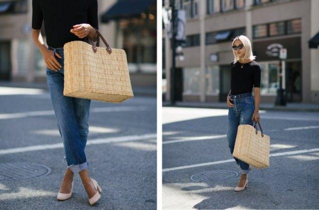 svart t-shirt med blå jeans med manschetter och strandväska