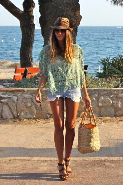 Ljusrosa virkad topp med mini-jeansshorts och en strandstråpåse