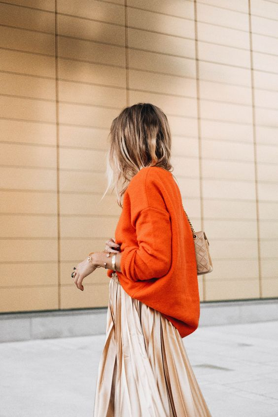 bränd orange tröja guld kjol