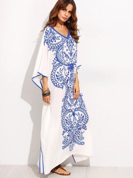 vit och blå maxiklänning med stamtryck