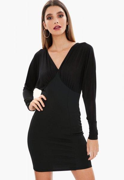 svart bat mini-klänning med V-ringning