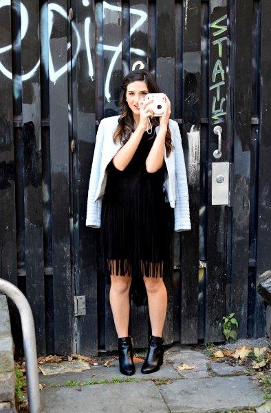 svart klänning ljusblå kavaj draperad över axlarna