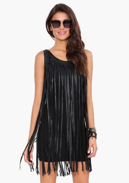 svart ärmlös slida klänning med långa fransar