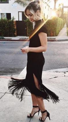 svart bodycon-klänning med hög halsringning och höga, delade fransar