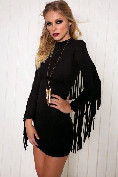 Figurkramande klänning med svarta fransade ärmar