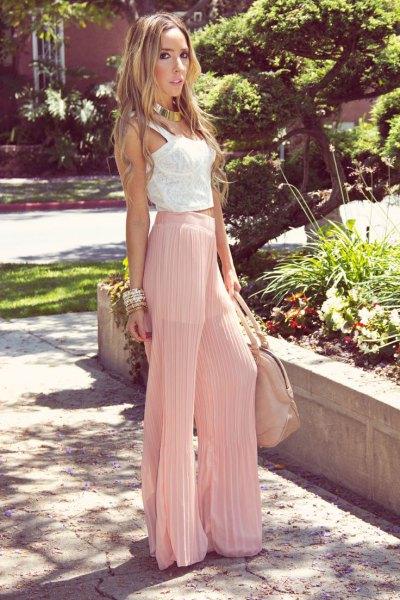 vit spetsväst ovanför rosa veckade byxor
