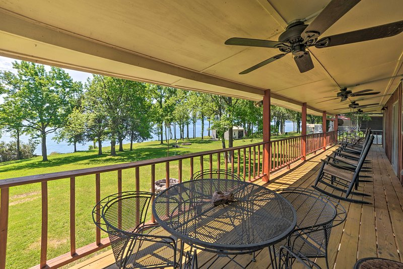 Waterfront Family Retreat w / Deck on Kentucky Lake!  UPPDATERAD 2020.