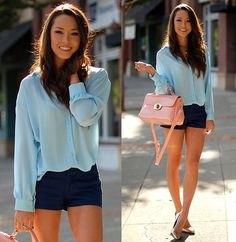 Ljusblå skjorta med knappar och mörkblå miniklänningshorts