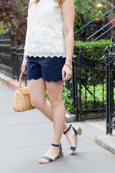 ärmlös spets topp med vit fåll och matchande mörkblå shorts