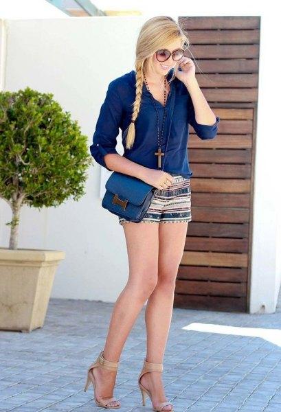 blå blus med knappar och mini-shorts med stamtryck