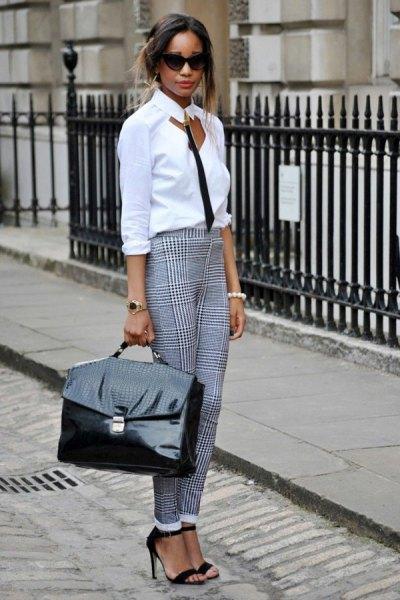 vit skjorta med smal passform och rutiga byxor med manschett