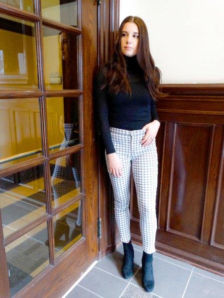 svart mock-neck tröja med shorts och mocka stövlar