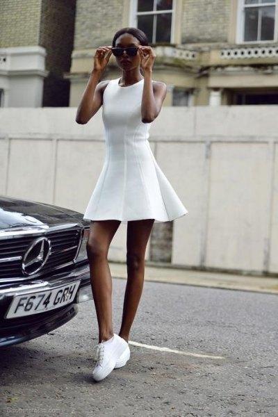vit ärmlös miniklänning med passform och flare med plattformssneakers