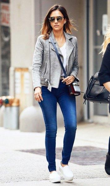 grå mocka blazer med blå jeans och vita slip-on plattform sneakers