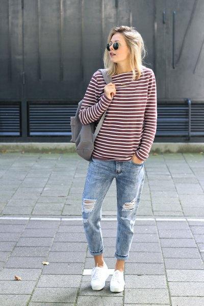 grå och vit randig långärmad T-shirt med pojkvän manschetterade jeans