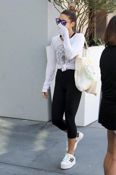 vit knuten t-shirt med långa ärmar och beskurna, smala klippa höghus