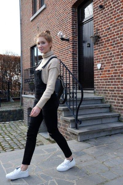grå stickad tröja med mock hals, svarta dambyxor och vita plattform sneakers