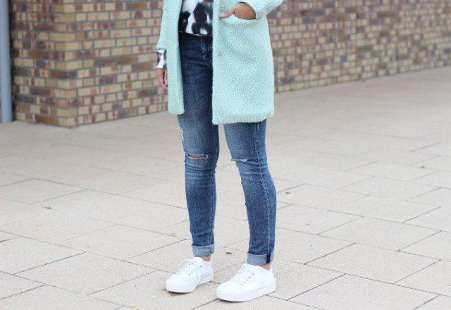 vit fleece longline-kavaj med smala jeans med manschetter och plattformssneakers