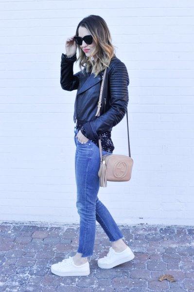 svart biker läderjacka med blå jeans och vita plattformssneakers
