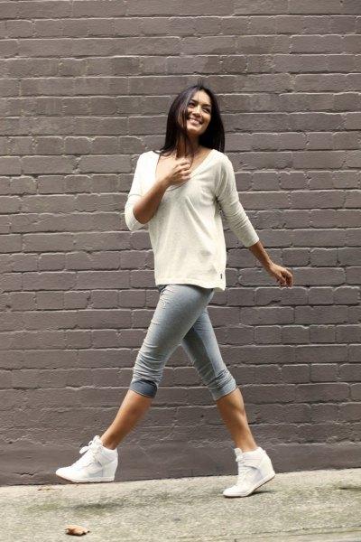 vit tröja med scoop-halsringning och grå smal jeans i knälång