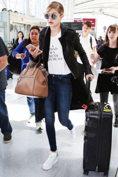 svart, avslappnad långa kavajer med vit tryckt t-shirt