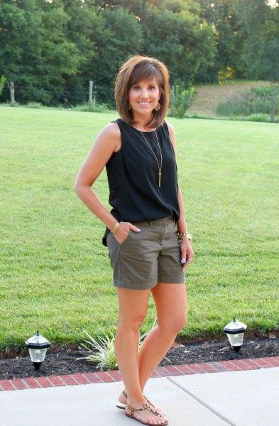 svart linne med gröna mini-shorts