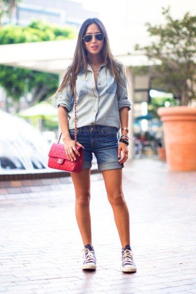 Ljusblå chambrayskjorta med bundet jeansshorts