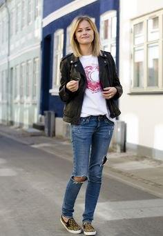 svart jeansblazer med rippade blå jeans och canvasskor med djurtryck