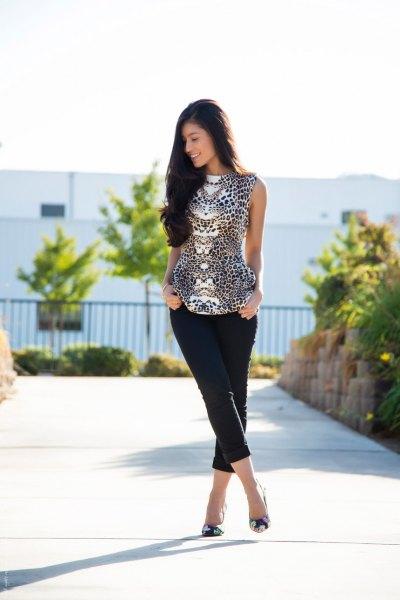 Ärmlös blus med leopardmönster i svartvitt och shorts
