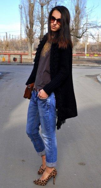 svart lång kofta med blå jeans och djurtrycksskor