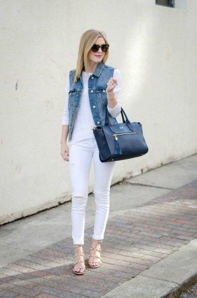 Skinny jeansdräkt gjord av vit stickad tröja