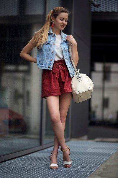 Jeansvästshorts med rött bälte