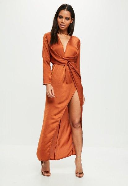 långärmad djup wrap-klänning med djup V-ringning