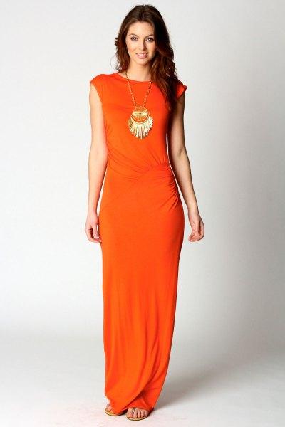 Orange klänning med kepsärmar och en uttalad kedja i boho-stil
